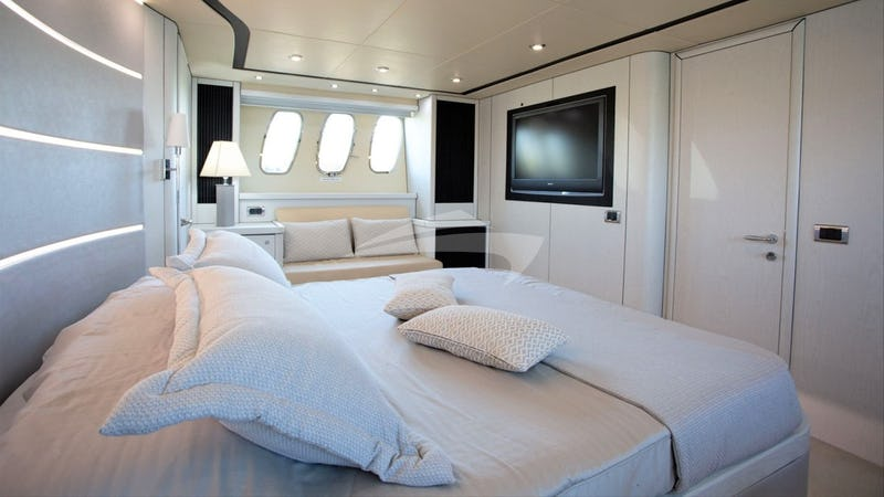 LIGHT BLUE :: Master Stateroom
