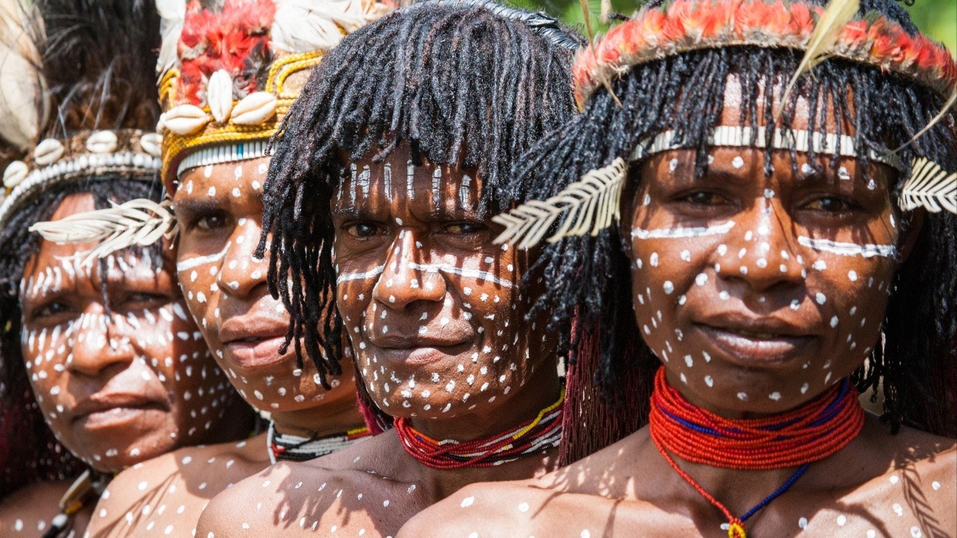 Portrait de femme Dani tribu dans la coloration rituelle sur le corps et le visage