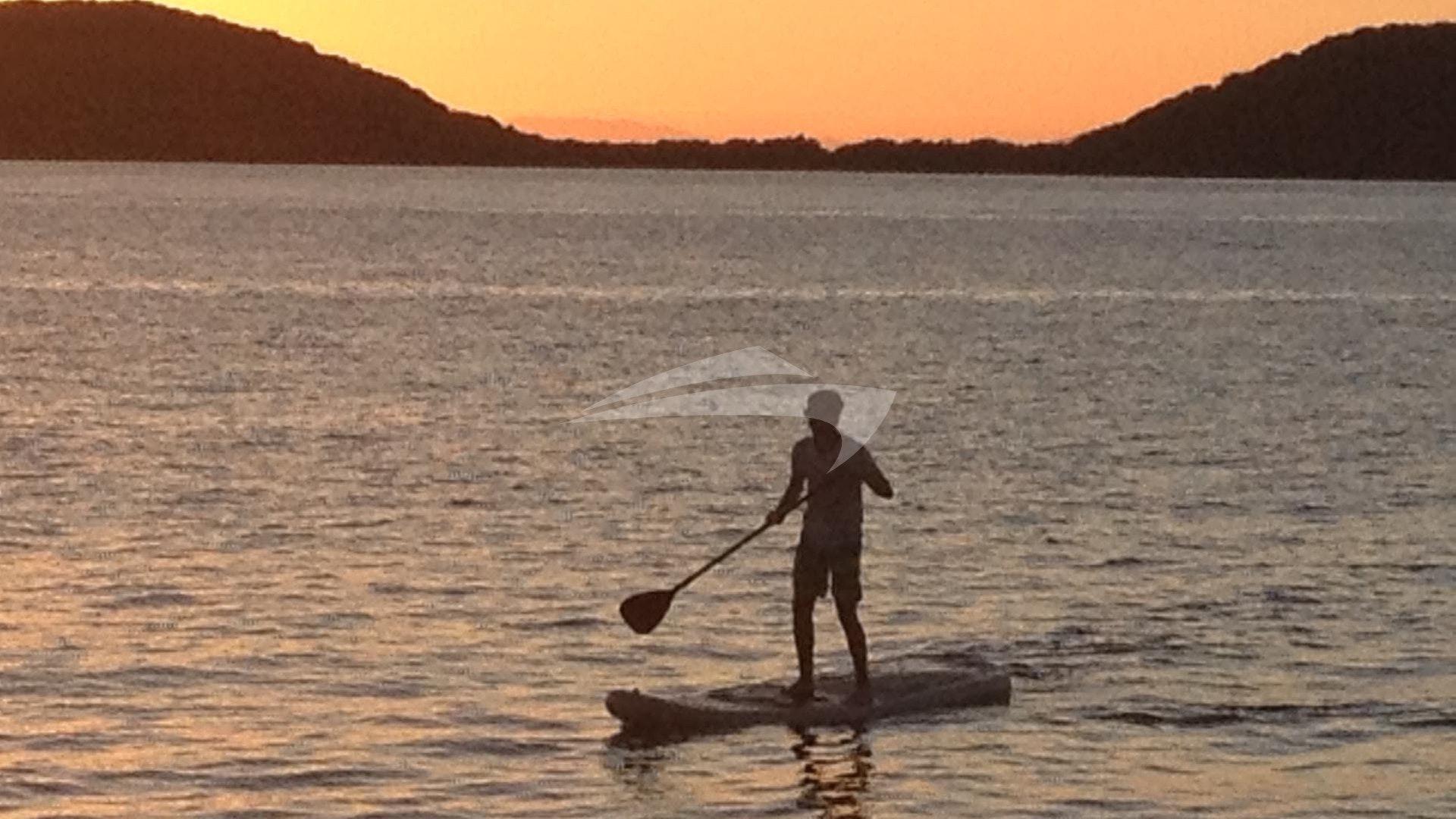 Paddeling in den Sonnenuntergang